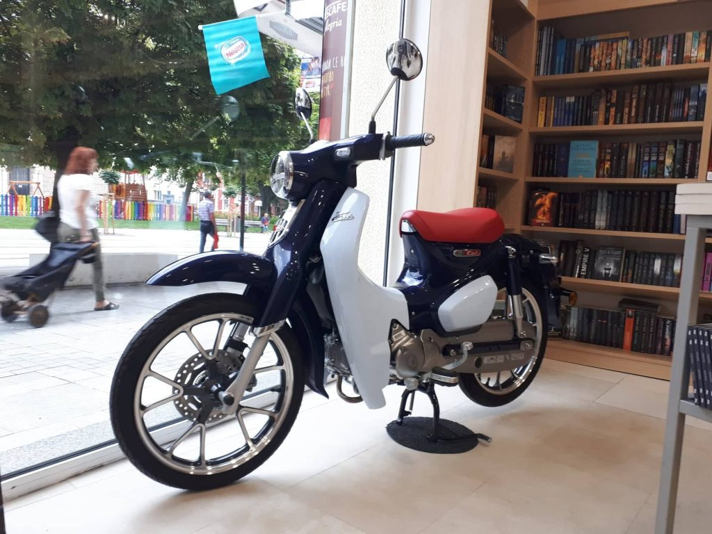 Honda Super Cub в книжарница Ciela